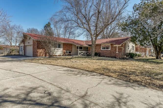 220 S Lochinvar Dr, Wichita, KS 67207