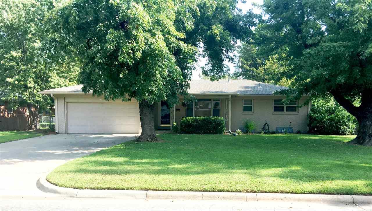 914 N Brownthrush Ln, Wichita, KS 67212