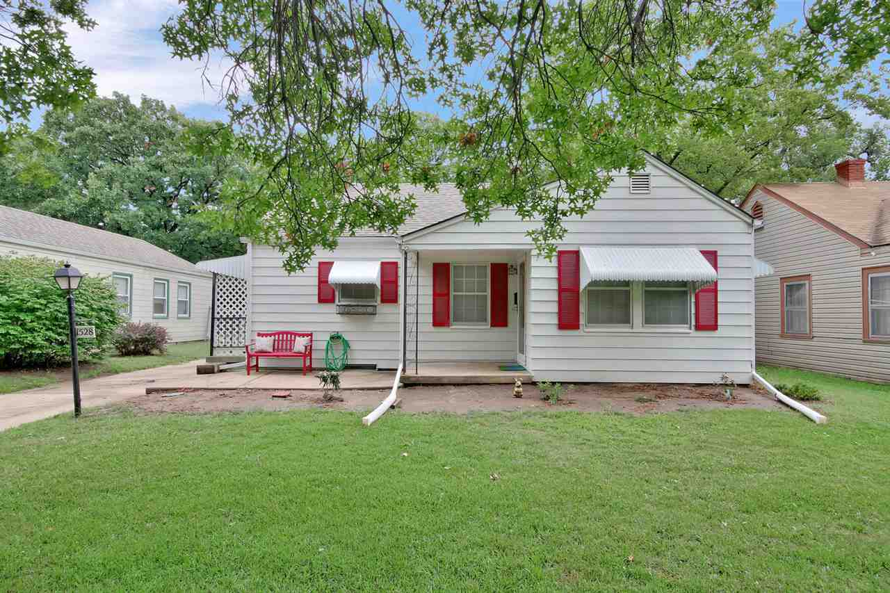 Welcome home to this super cute 2bed/1bath/1car ranch with finished basement in North Riverside. Thi