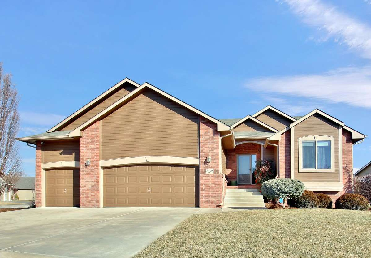 Darling 3 BR, 3 BA one owner home tucked in the quaint Village addition of Auburn Hills is move-in r