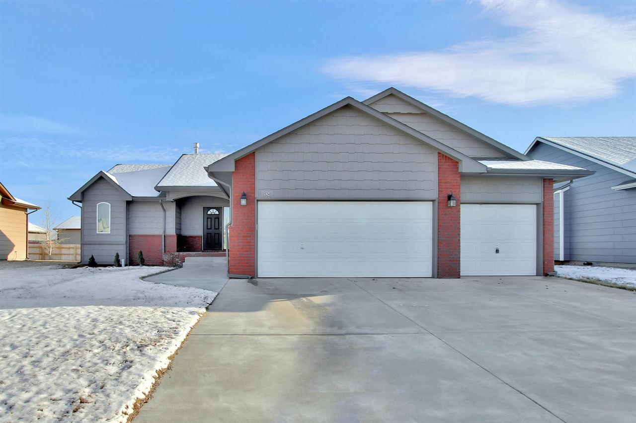 Check out this beautiful home located in Carriage Crossing within the Maize school district! Beautif