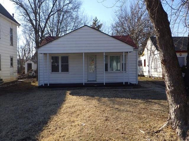 This cozy bungalow features 2 beds 1 bath with a living room, and open kitchen.  perfect opportunity