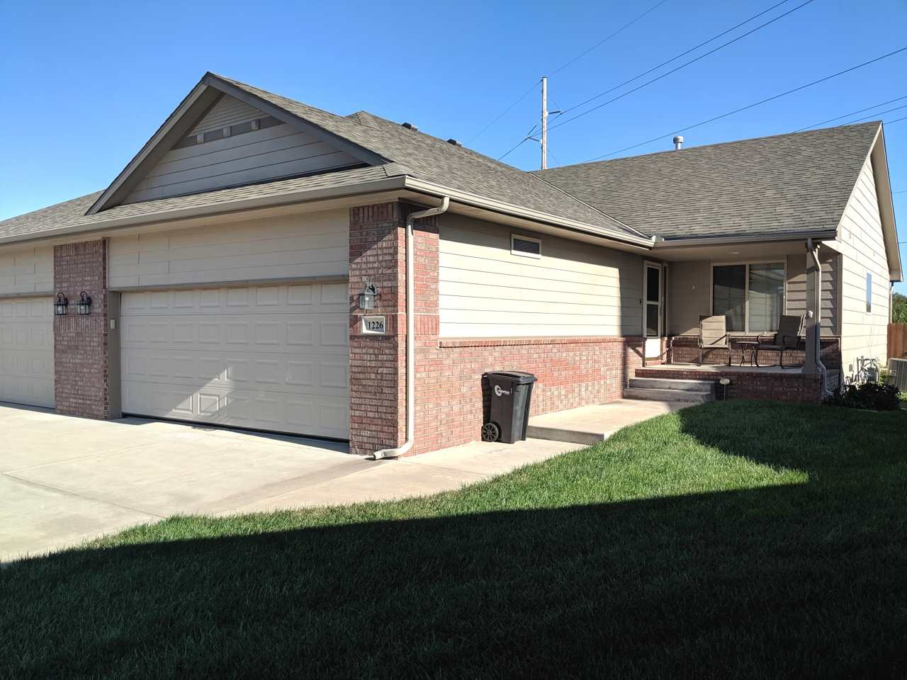 You will love this high quality, low maintenance twin home! Spacious vaulted living room opens into