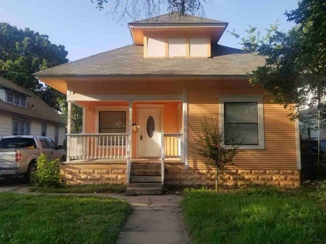 Updated 3 bedroom and 1.5 bath home in close proximity to Riverside and Delano areas.  Home earns great rental income. Currently books for $99 a night through AirBnB. Average income between $1200 and $2500 a month.  Potential long term rental income of $950 a month with traditional lease.