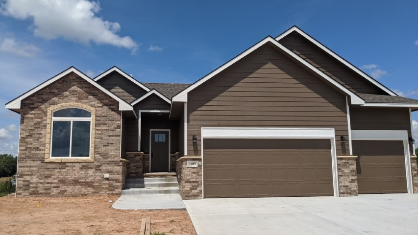 Comfort Homes Popular Davey plan with a walkout basement on a Cul-de_Sac Lot!  This home has been mo