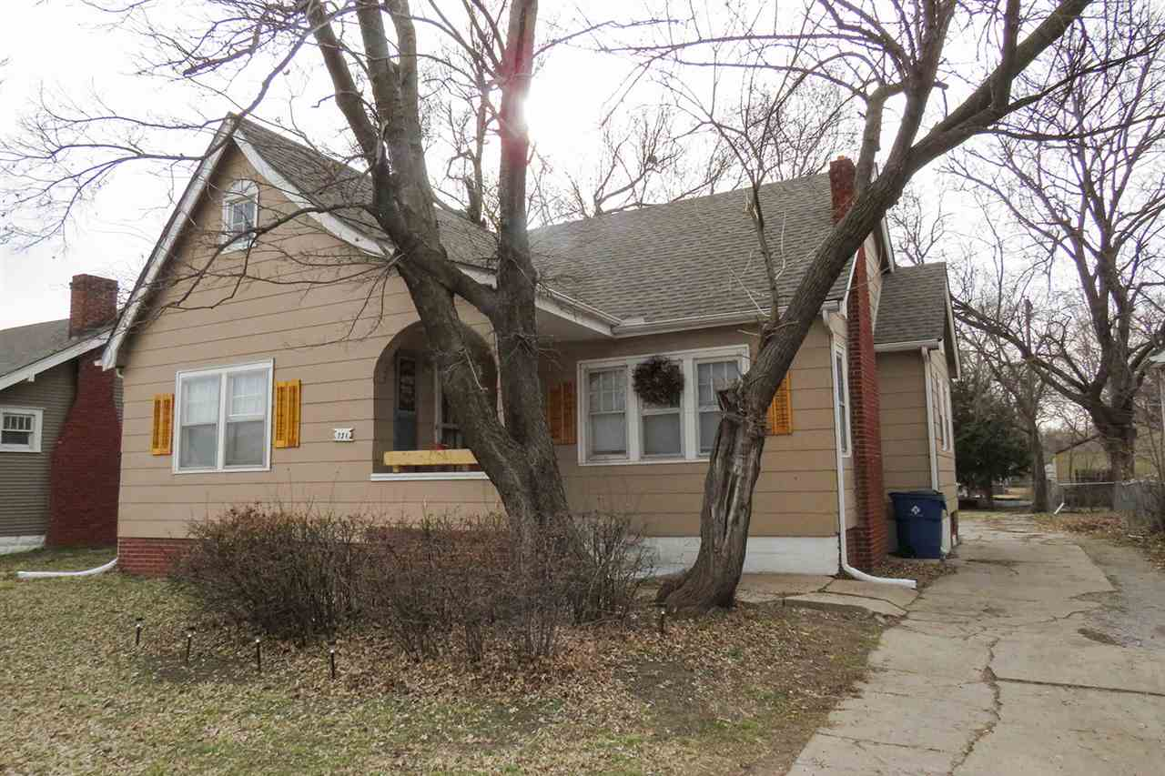 2 bedroom, 1 bathroom bungalow close to several amenities, including Kellogg!   The exterior include