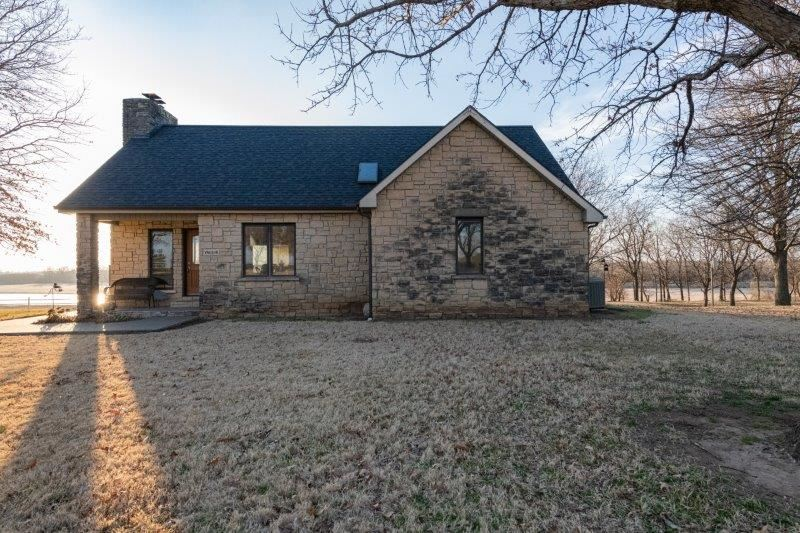 Turn onto the drive off 31st road and gasp at the view of the winding Arkansas River, a stylish hous