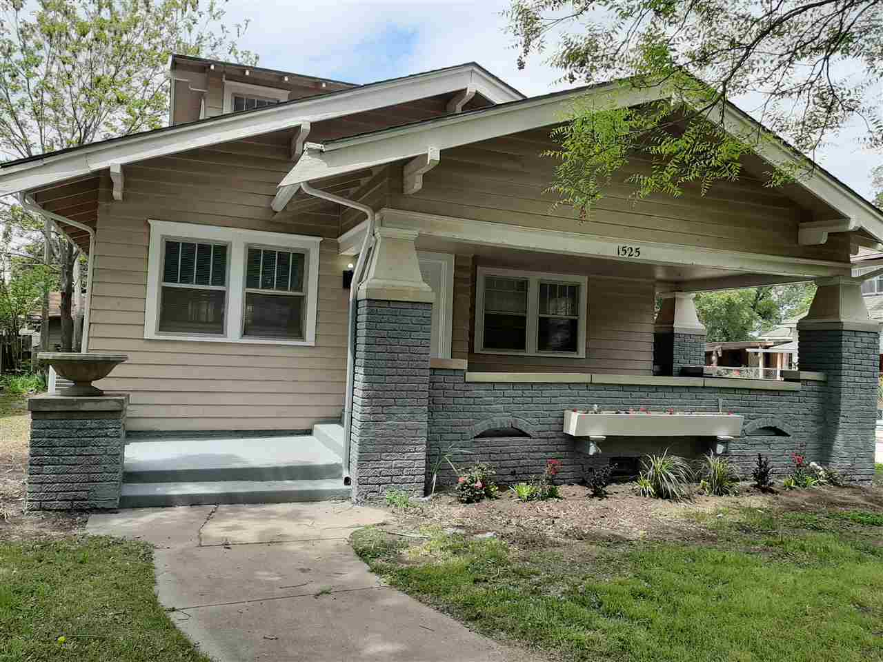 Darling bungalow in corner lot, the house has been recently totally upgrade fresh painted inside, ne