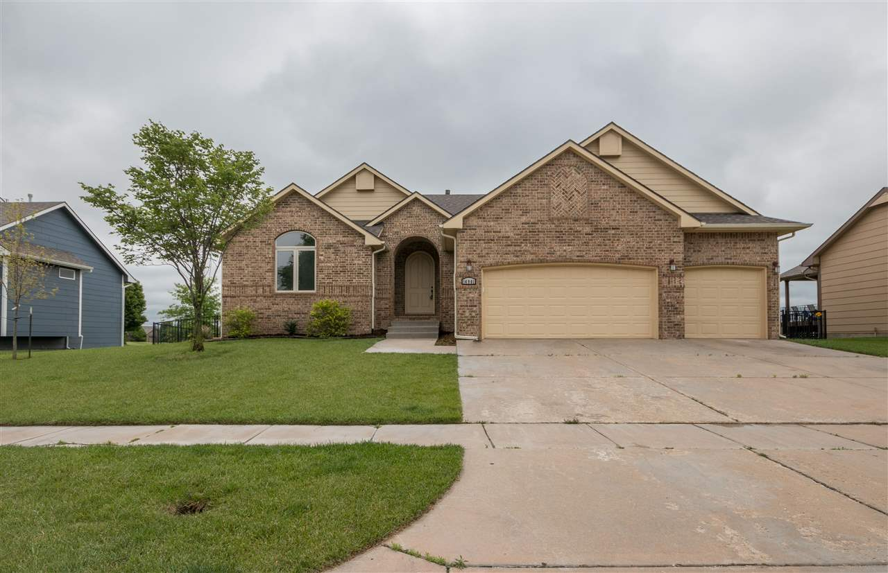 Spacious 6 bed, 3 bath home in Auburn Hills! You'll love the tall, vaulted ceilings and double sided