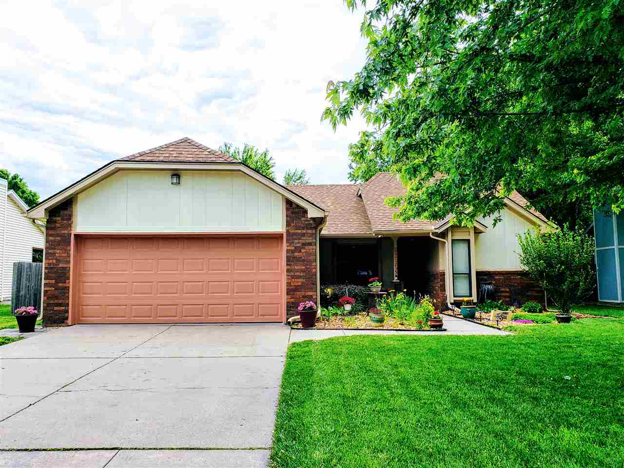 Welcome home to this charming 3 bedroom, 2 bath home in the desirable Sherwood Glenn Addition.  This