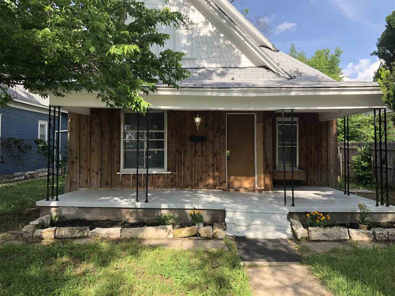 Recently remodeled 3 bedroom property featuring fresh carpet and wood laminate flooring. A recently