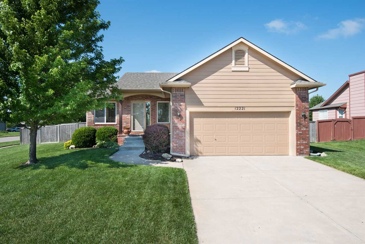 4 BED MOVE IN READY FAIRMONT RANCH! WALK INTO A LARGE LIVING AREA SHOWCASING VAULTED CEILINGS, A GAS