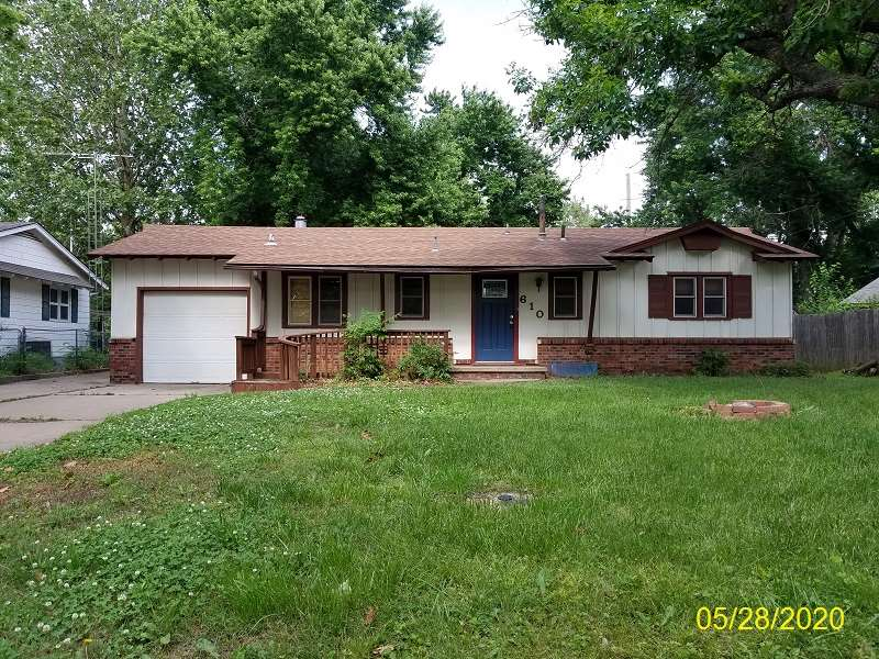 Great opportunity with this 3 bedroom, 1/2 bath home located in the small town of Mulvane* This home