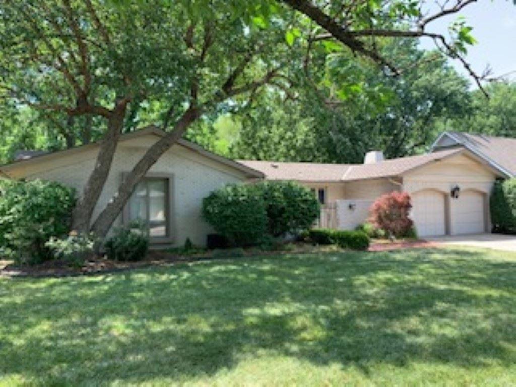 Great Rockwood brick ranch with 3 bedrooms, and 2 baths. Wood and tile flooring in the living areas,