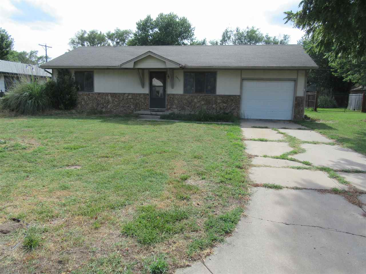 Nice Starter or Downsize Home in City limits of Haysville, with Haysville Schools!! 2 bedroom, 1 bat