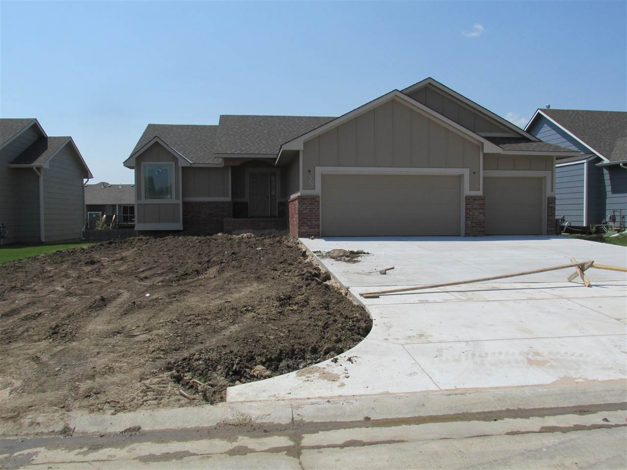 Under Construction**Spacious Mid-level Walkout Split Bedroom Plan on a Cul-de-sac lot has 2 bedrooms