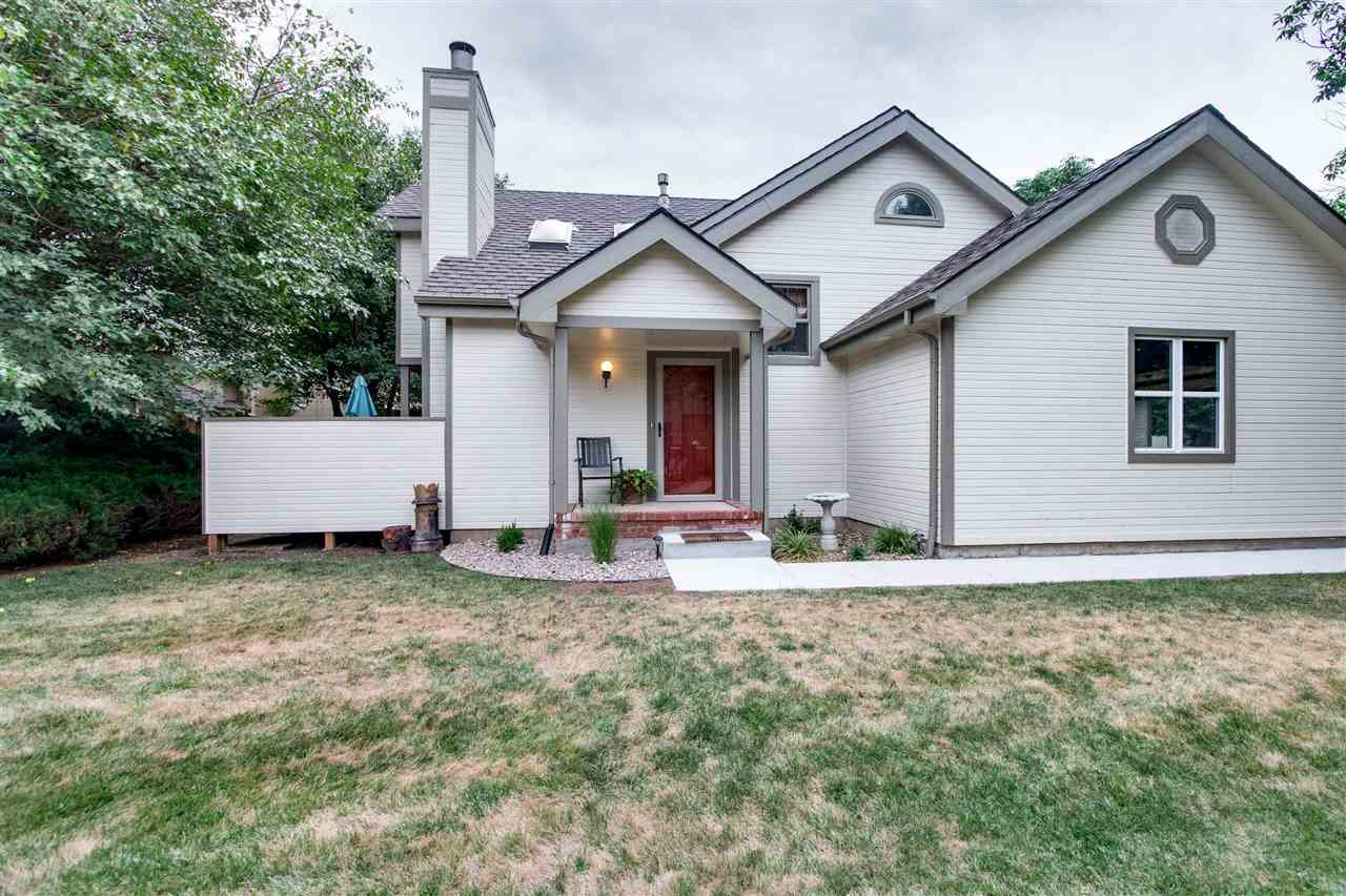 This beautiful condo in Allen's lake has been recently remodeled.   There is new paint, new carpet,