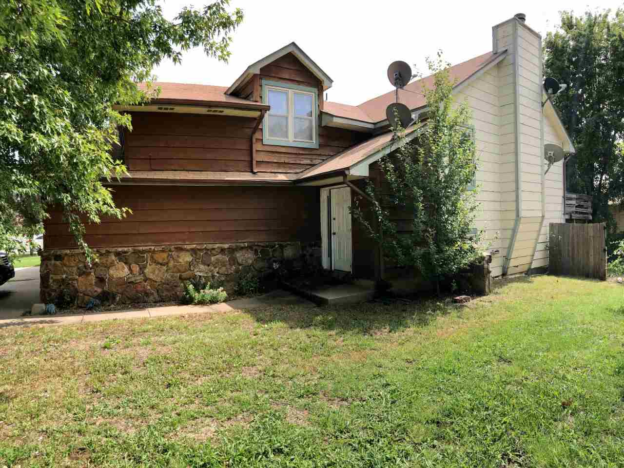 Calling All Investors! This 3 bedroom, 3 full bath, 2 car garage twin home has so much to offer!! La