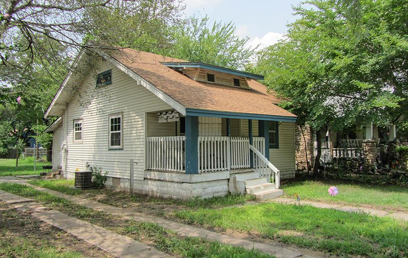 Attention Investors this is the perfect house for your portfolio, 2 bedroom 1 bathroom rented for $5