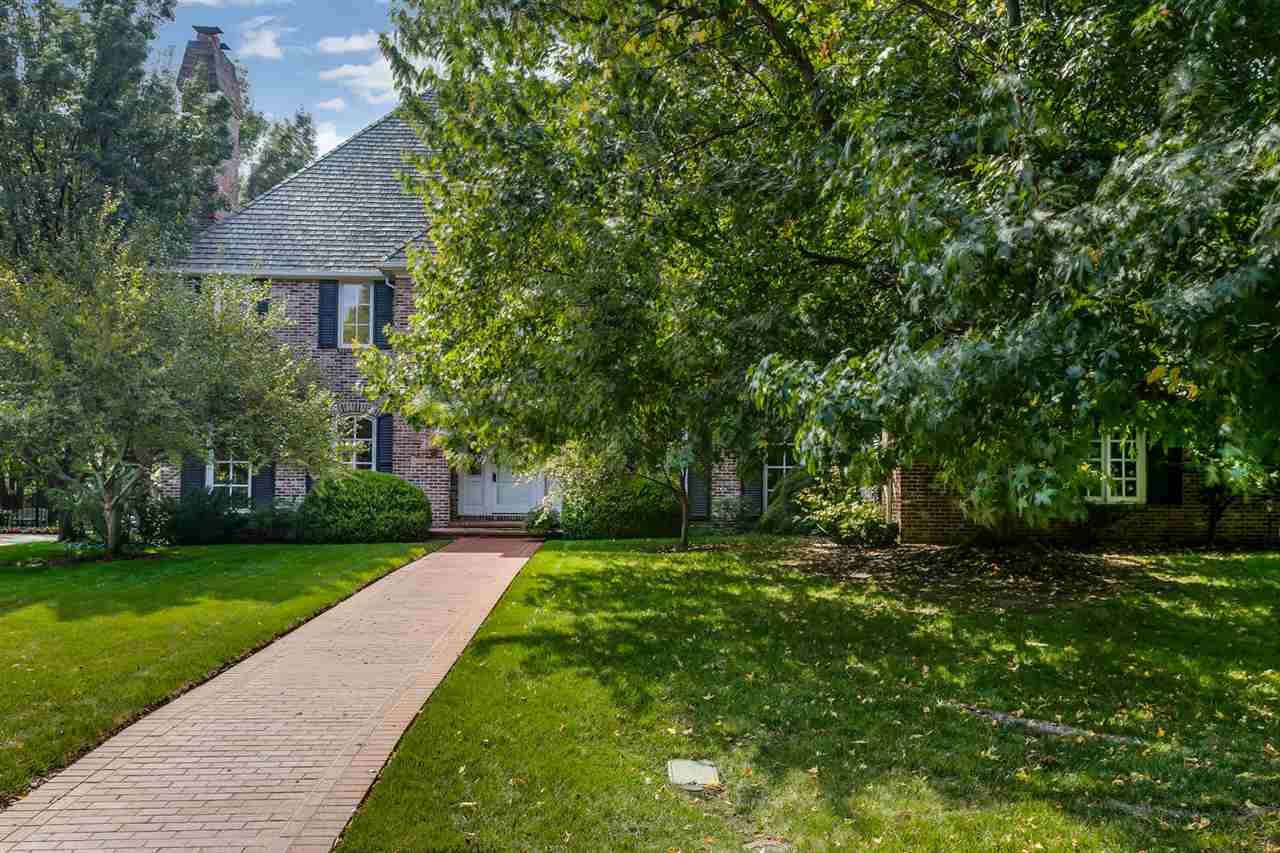 Stately 2 story Van Buskirk home located in the heart of Lakepoint in Woodland Estates. Wonderful cu