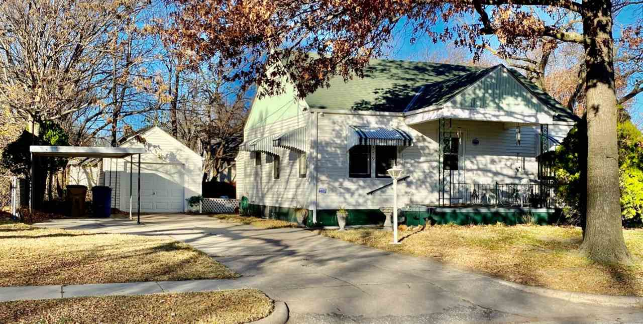 Cozy corner lot, 2 bedroom home situated near Delano, Riverside, The Keeper, downtown, landmarks, an