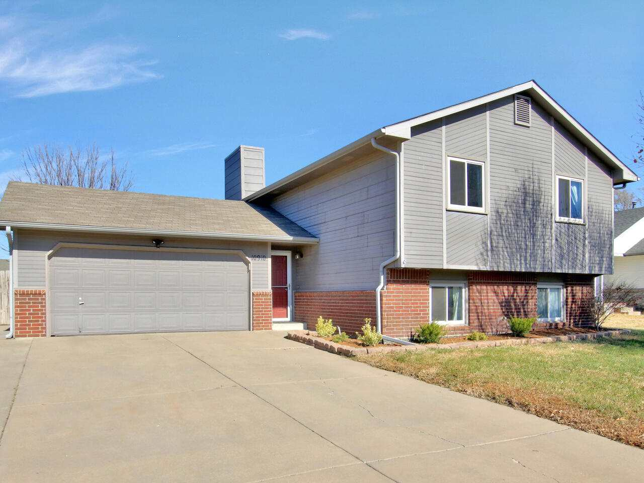 WELCOME HOME! This amazing home in Southwest Wichita is nestled in the lovely Park Glen community lo