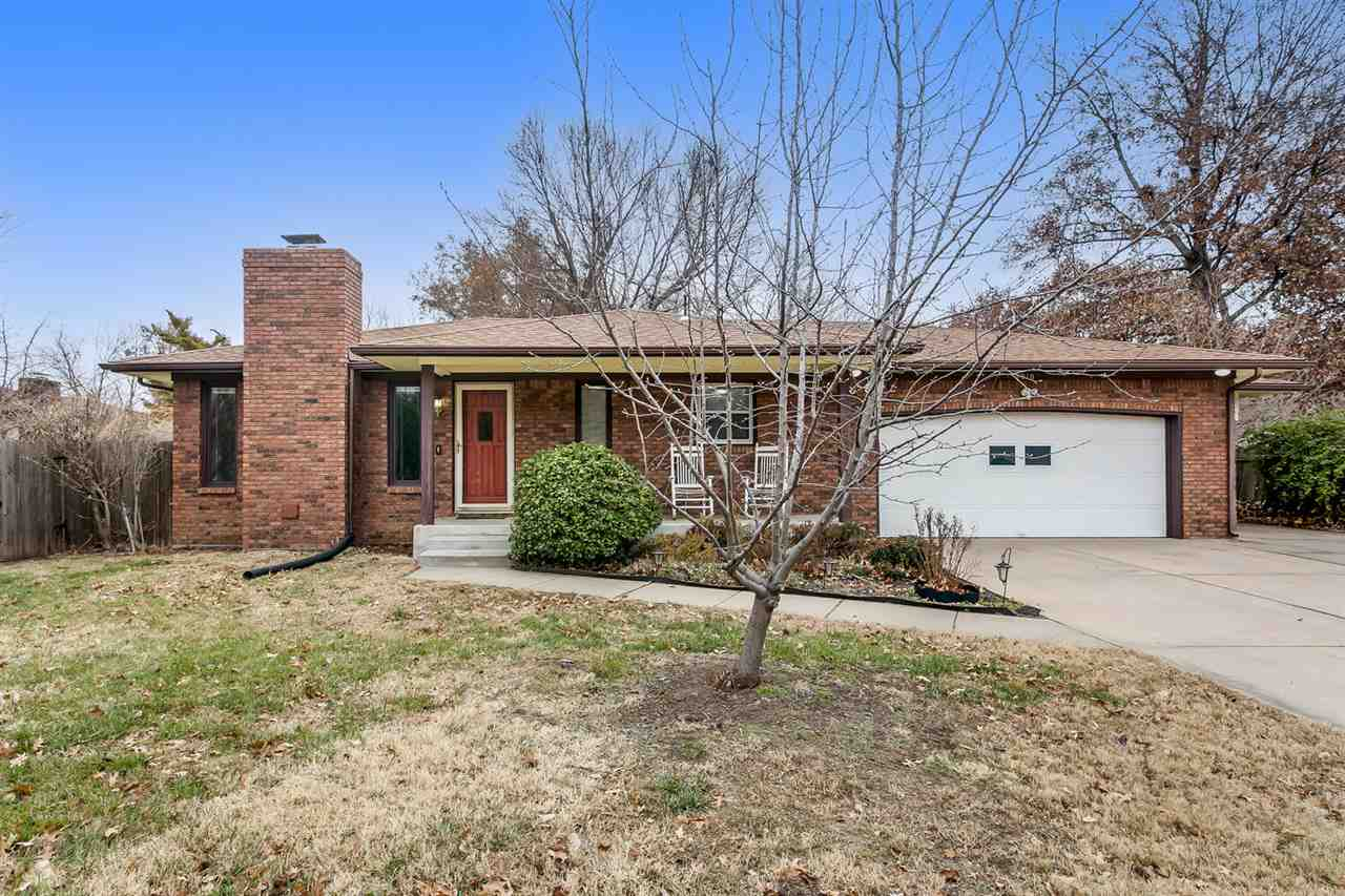 SO MUCH House at this price! Almost 3000 square feet located in a quiet and established sought after