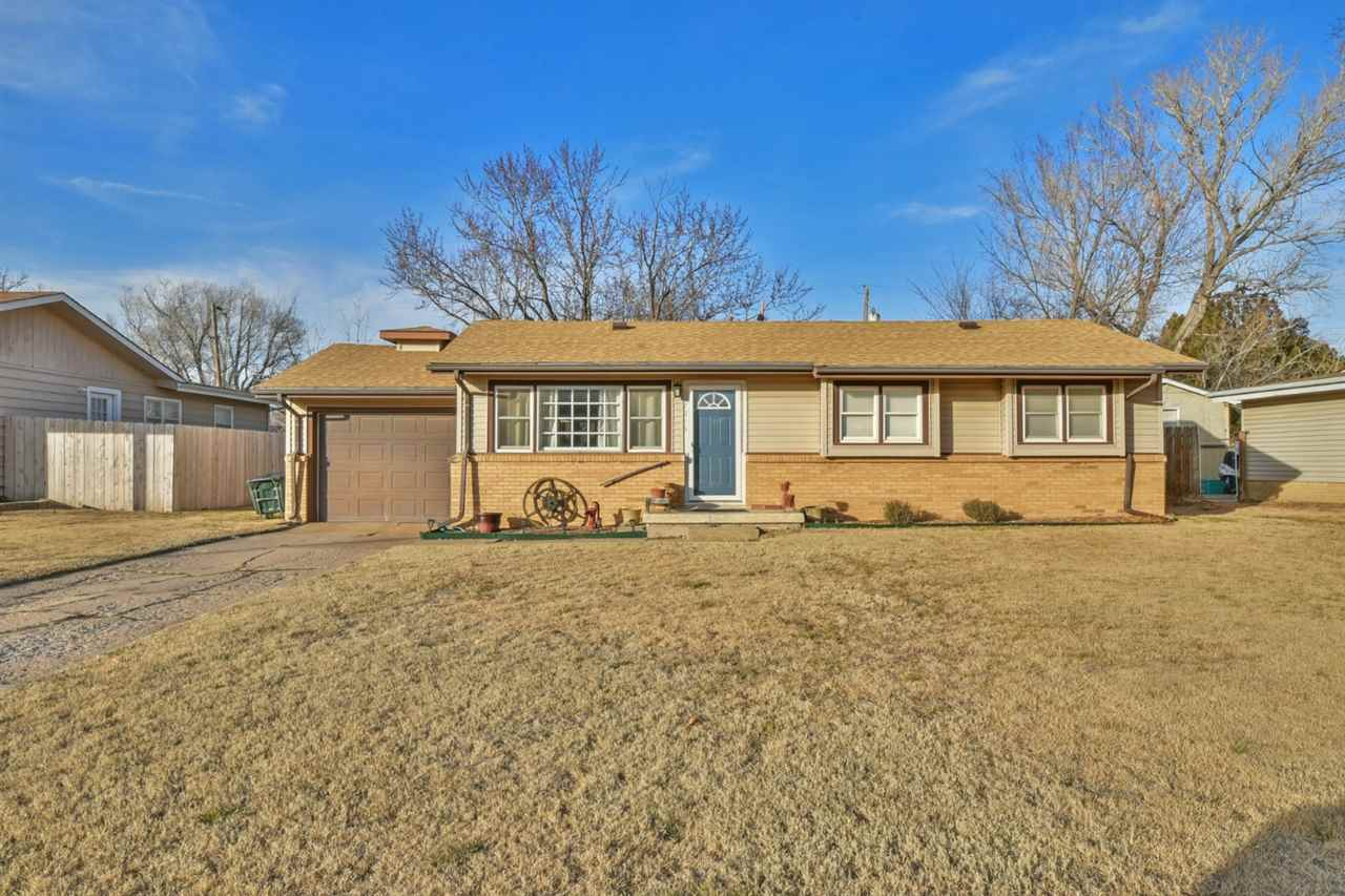 3 Bed, 1 1/2 Bath ranch that has been updated throughout!! Home is located in a quite neighborhood t