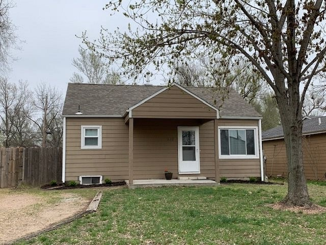 Elegant 2br 2 bath home.  The seller is a plumber by trade and has updated most all the plumbing in