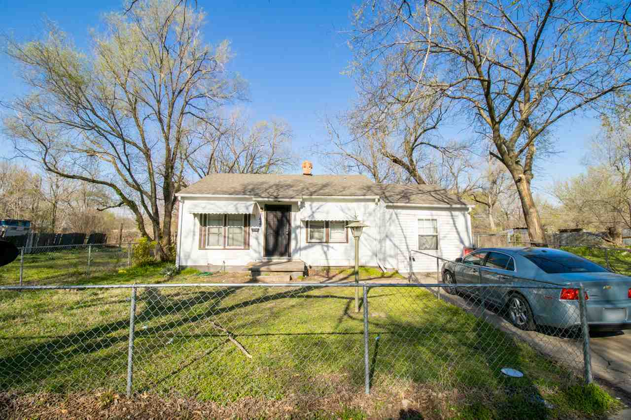 3-bedroom, 1-bathroom ranch located near Wichita State University!   The interior features a nice li