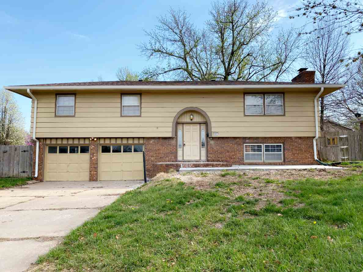 A MUST SEE BI-LEVEL HOME IN THE DESIRABLE DERBY AREA, 4 BEDROOM, 2 BATH, 2 CAR GARAGE AND A 18X36 INGOUND POOL. DON'T LET THIS OPPORTUNITY PASS YOU UP, SCHEDULE YOUR SHOWING  TODAY!!