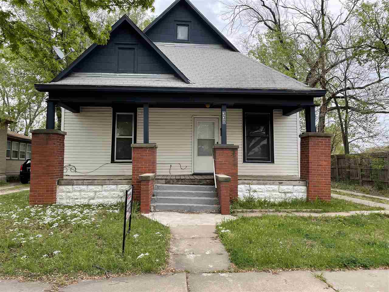 Cute little 3 bed 2 bath bungalow in midtown. Move in ready, and fully applianced.  Great front porc