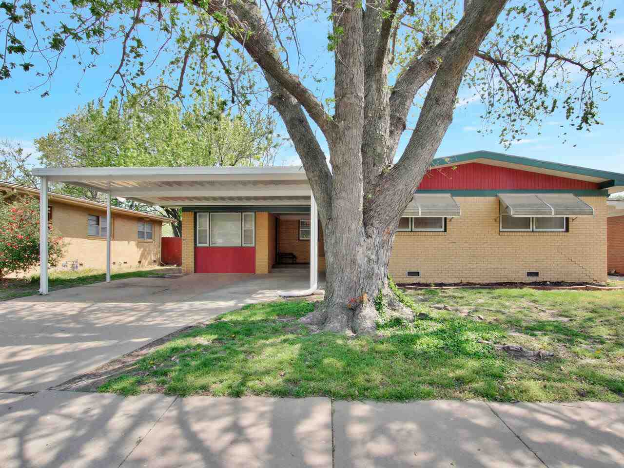 What a fantastic opportunity for a move-in ready home! Fresh, on trend paint throughout. Comfortable