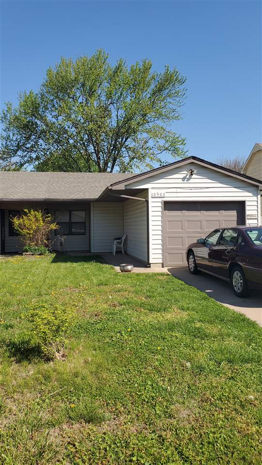 This great half-duplex has everything you need!  Large kitchen with pantry and eating space, 2 Bedro