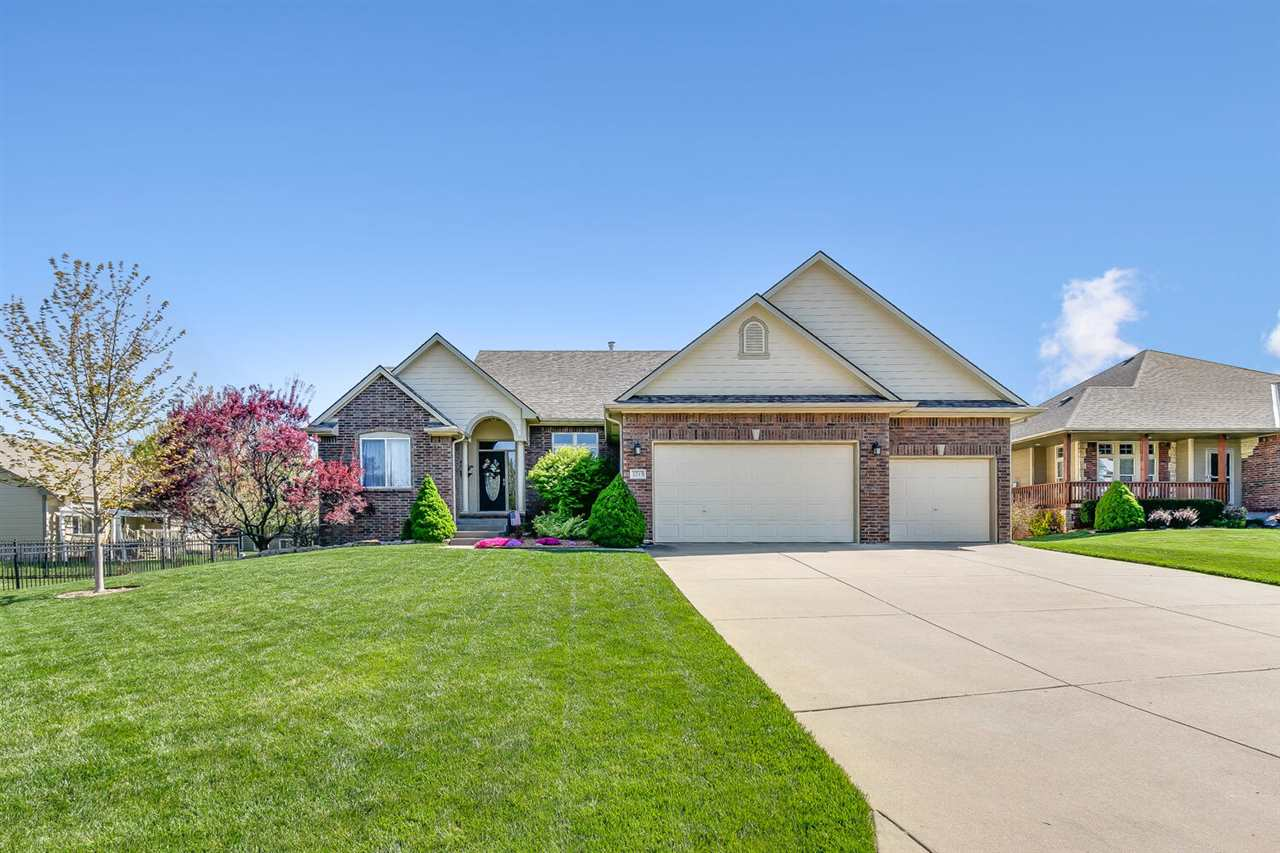 Enjoy coming home to this exquisite Fahsholtz ranch located convenient to schools and parks in desir