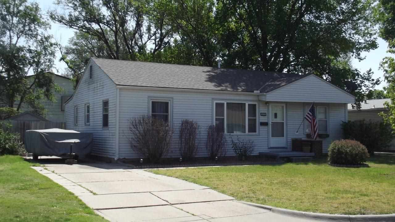 Beautiful 3 bedroom 1 bath home and is move in ready. Beautiful wood laminate flooring in kitchen an