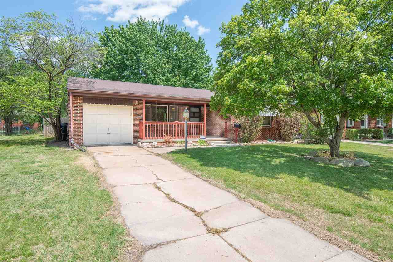 2 BED BRICK RANCH HOME IN THE CENTRAL & WOODLAWN AREA.  HOME SHOWCASES NEARLY 1150 SQ FT OF MOVE IN