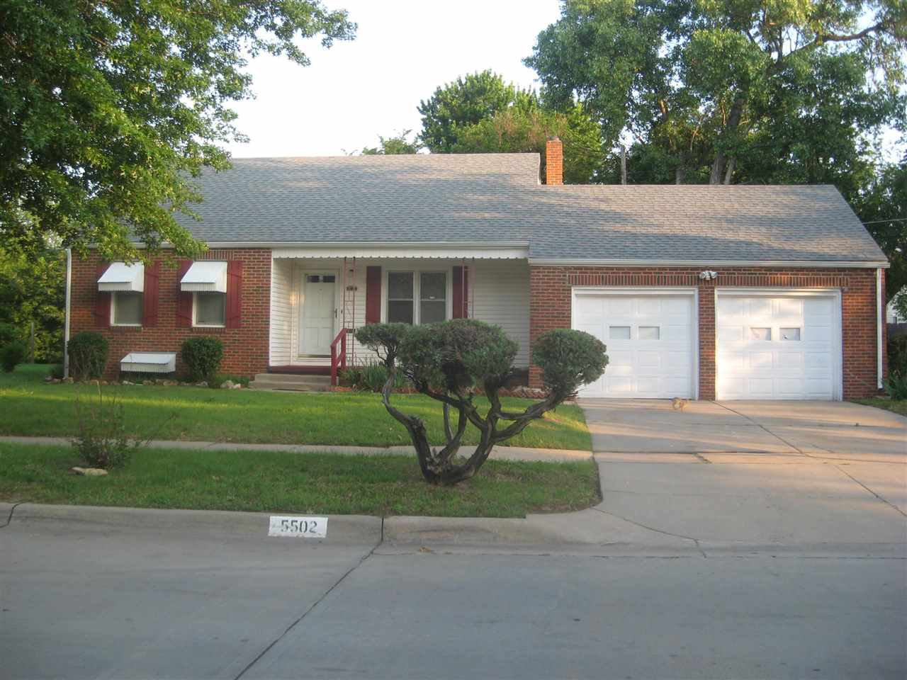 This full brick 3 bedroom, 3 bath ranch, w/ unfinished basement, has a formal dining room, living ro