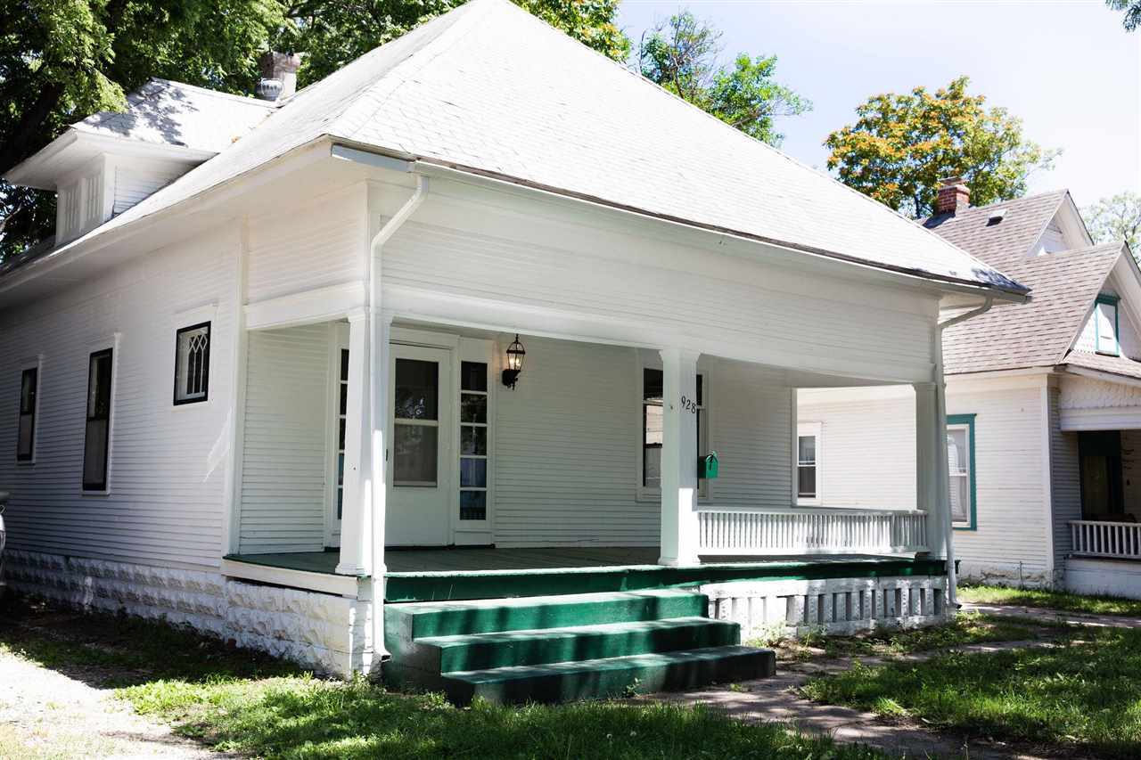 Adorable updated bungalow near historic downtown and close to all the amenities that downtown Wichit