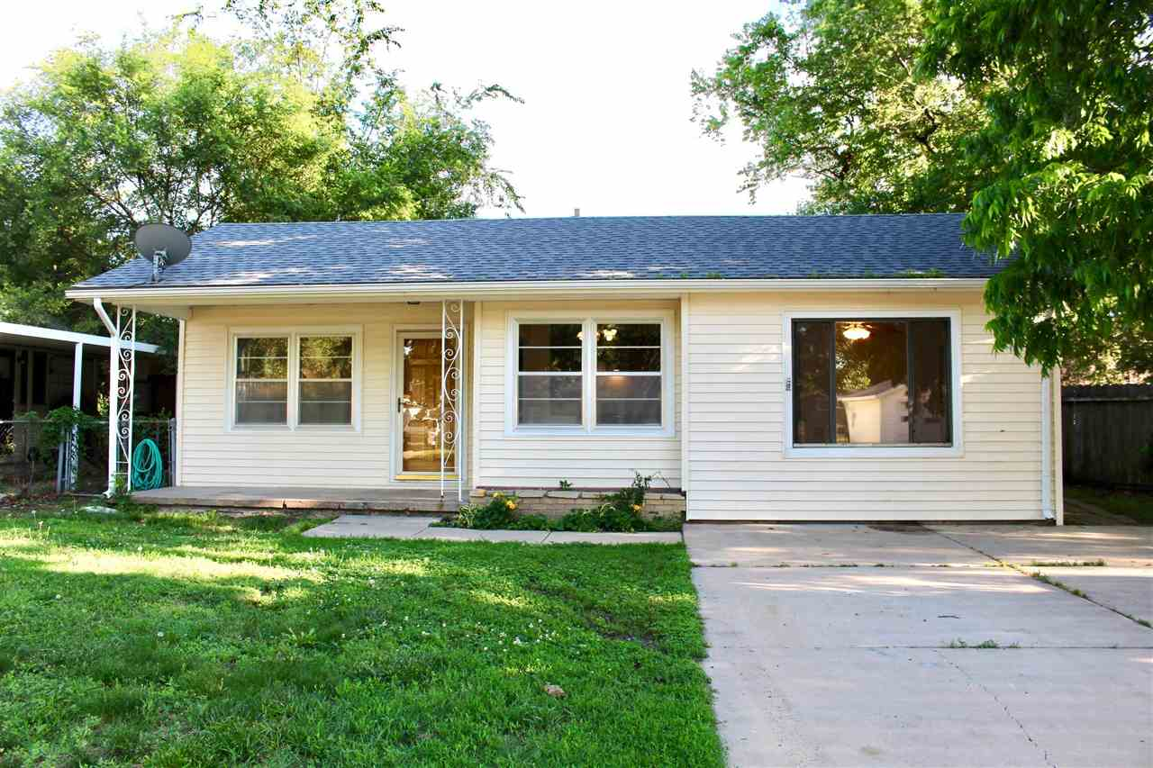 Move in ready ranch located in the sought after city of Valley Center. Welcome to 421 W. Davis Rd! T