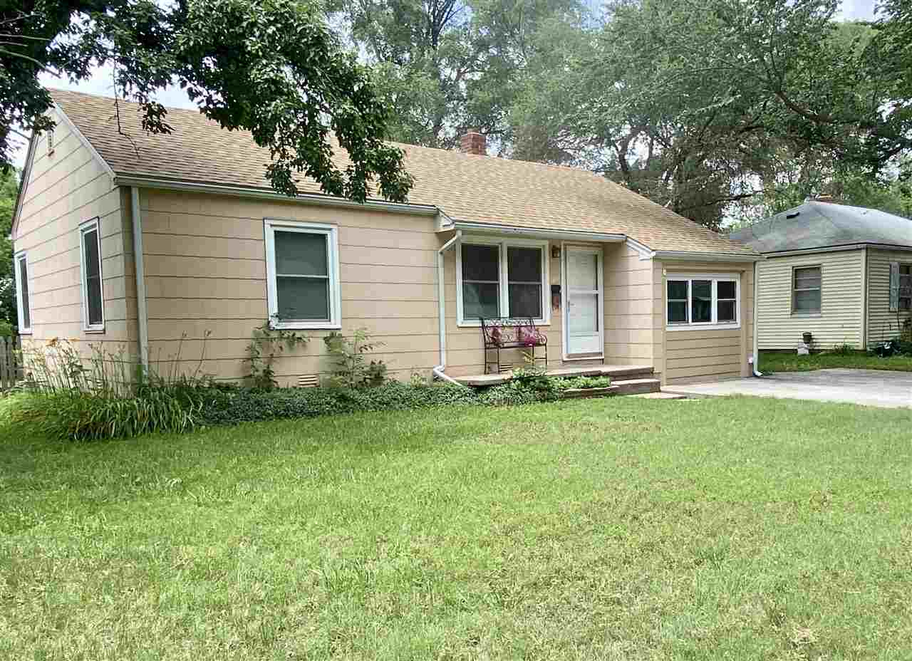 Great starter home or investment, 2 bedroom, 1 bath, bonus room for extra living space.  Newer carpe