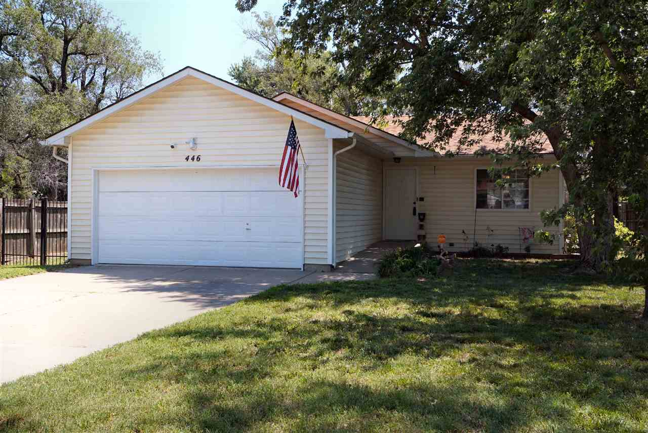 Great location and just a few minutes from shopping and restaurants. Easy access to Kellogg or 235 m