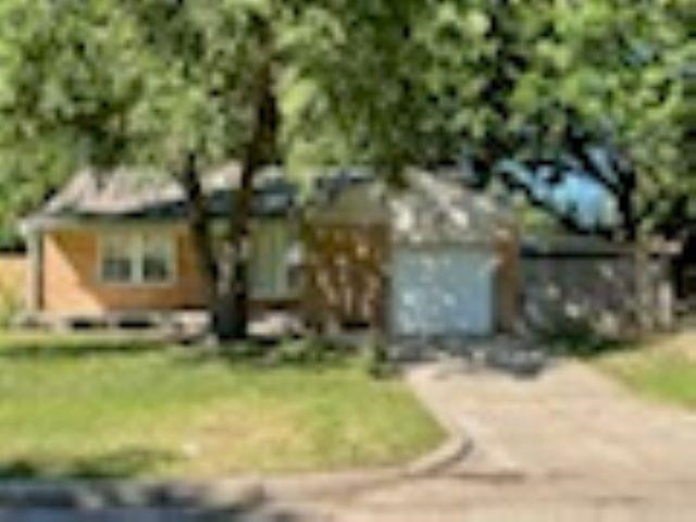 This lovely home has been fully remodeled with beautiful hardwood floors on main level. Remodeled Ki