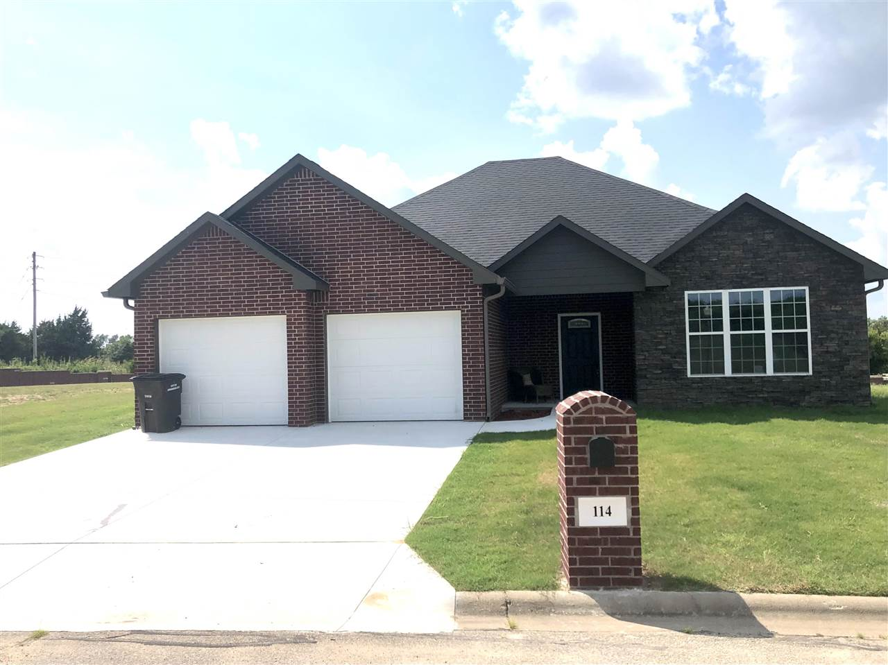 NEW CONSTRUCTION COMPLETE!!! BRAND NEW HOME LOCATED IN COUNTRY CLUB ESTATES! Check out this ALL bric