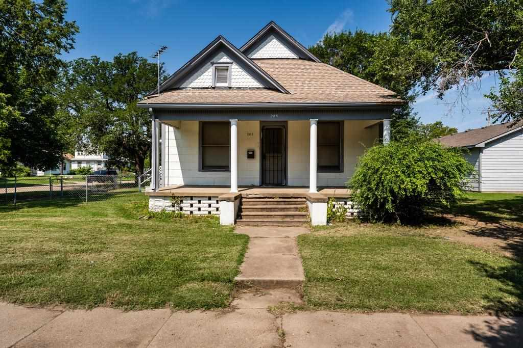 DELANO CHARMER, MOVE-IN READY, LARGE CORNER LOT WITH 2-CAR GARAGE! If you're looking for some charac