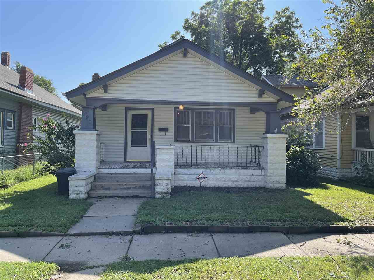 Bungalow located near the Delano district. 2 bedrooms with hardwood floors. Has living room and dini