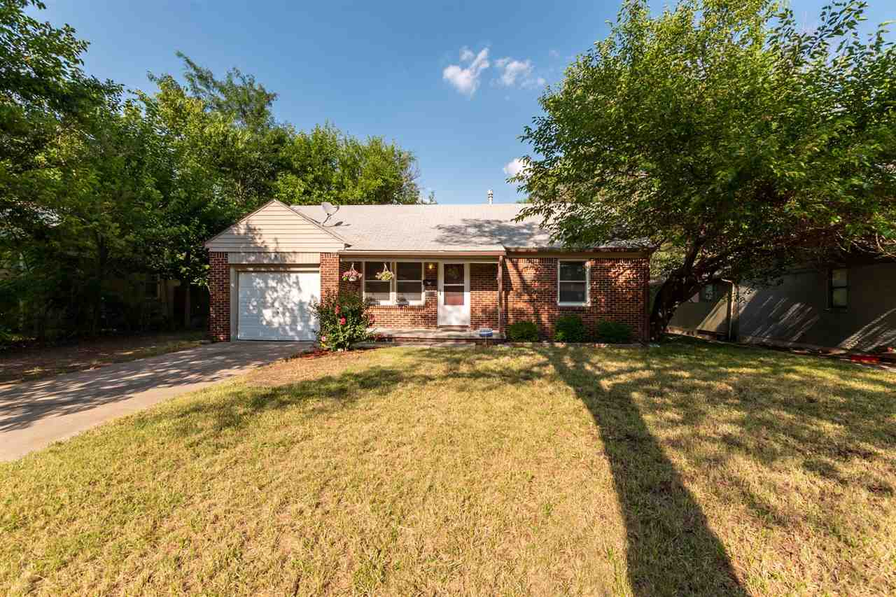 Welcome! This super cute and tidy home is ready for somebody to come call home! As you are walking u