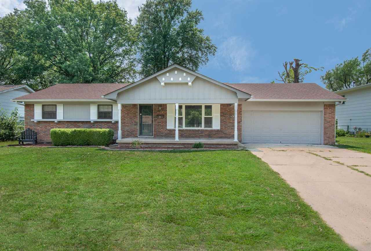 5 BED POSSIBLE 2 BATH RANCH HOME MOVE IN READY IN A GREAT LOCATION!  WALK INTO A LARGE LIVING AREA W