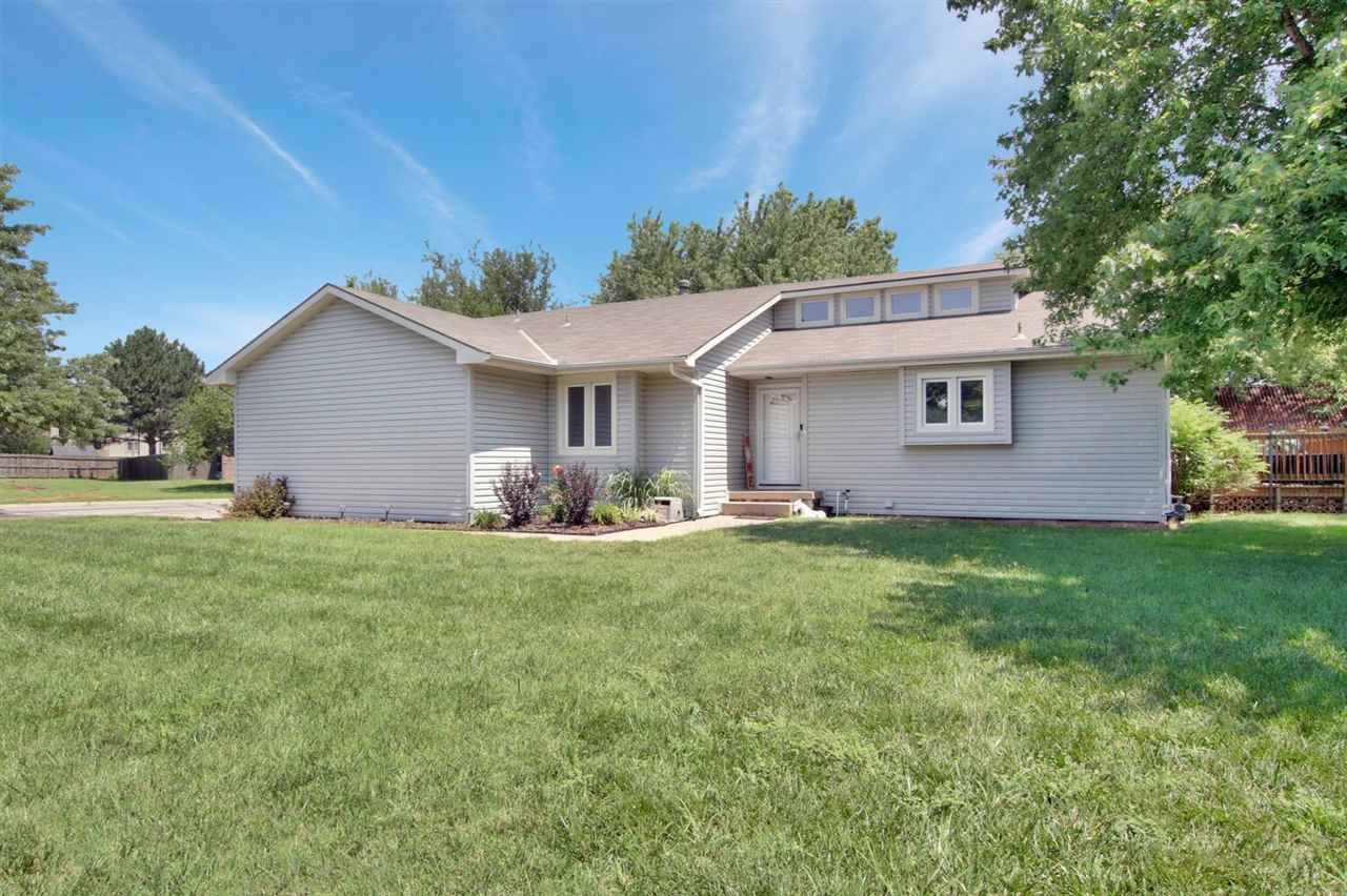 Come home to a Beautiful home on a corner lot in Willo Esque with Fresh paint and new carpet! Enteri