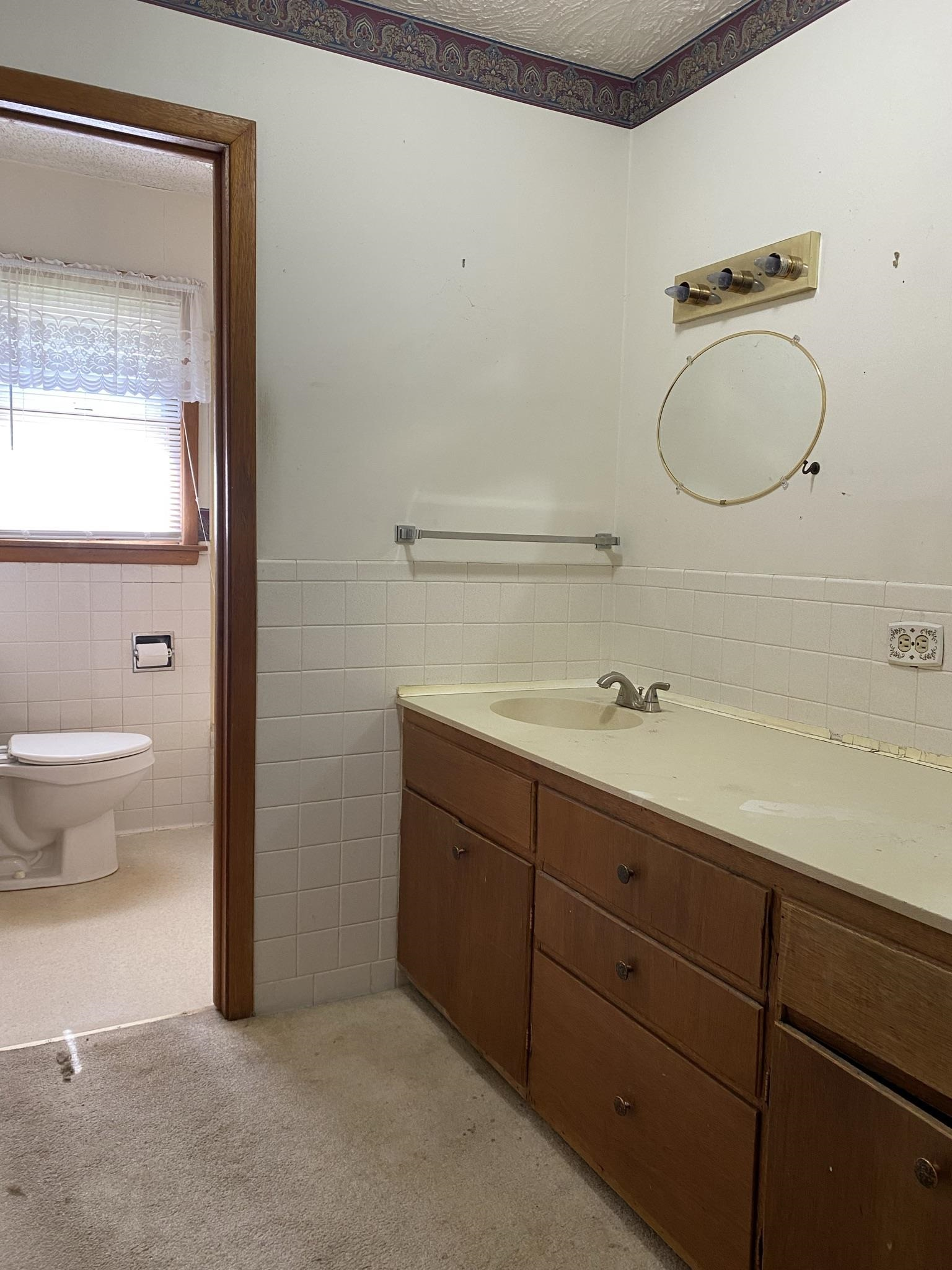 hall bath off of the bedrooms